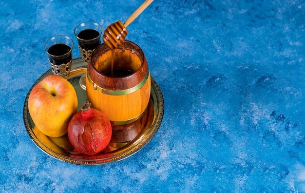 Pote de mel e maçãs maduras frescas