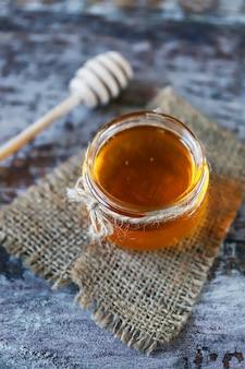 Pote de mel e uma concha de sopa de mel.