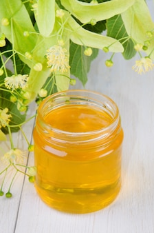 Pote de mel fresco de tília e flores de tília