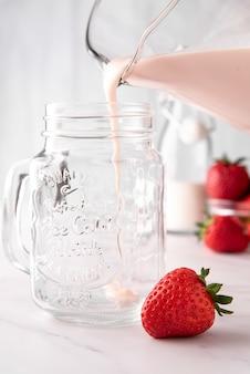 Pote de milkshake de morango refrescante