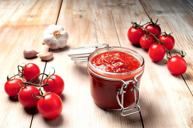 Pote de molho de tomate