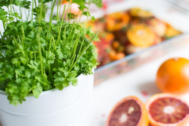 Pote de salsa fresca verde vibrante com laranjas de sangue