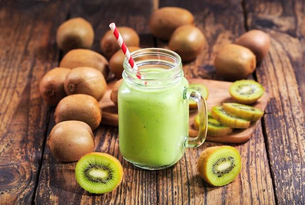 Pote de smoothie de kiwi com frutas frescas