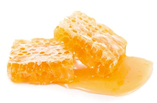 Pote de vidro com mel floral isolado na superfície branca