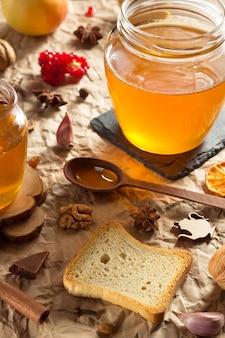 Pote de vidro de mel em fundo de papel