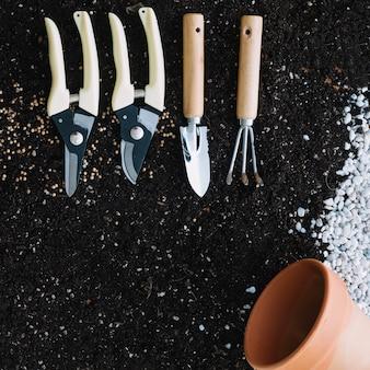 Pote vazio e ferramentas de jardinagem