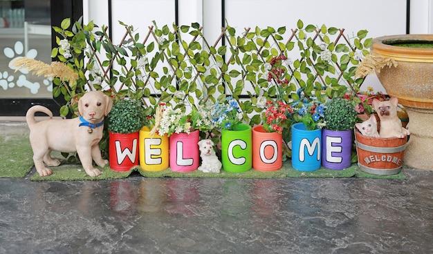 Potenciômetros coloridos e pintura palavra bem-vinda - decoração do jardim