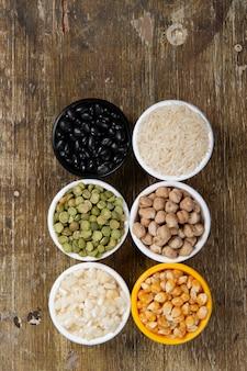 Potes com grãos de feijão
