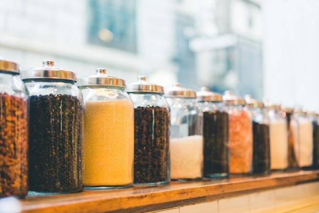 Potes de café em grão, café solúvel, açúcar e ingredientes