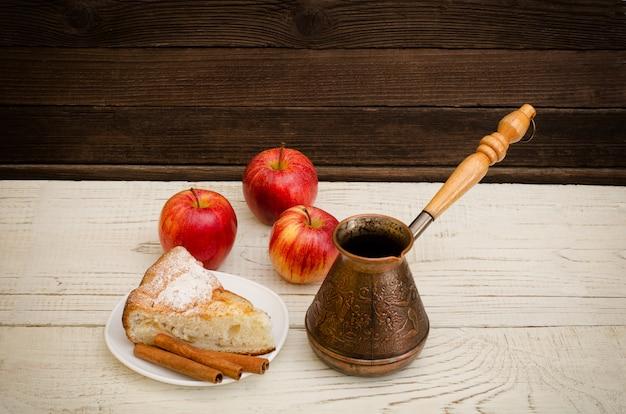 Potes de café, torta de maçã e maçãs maduras