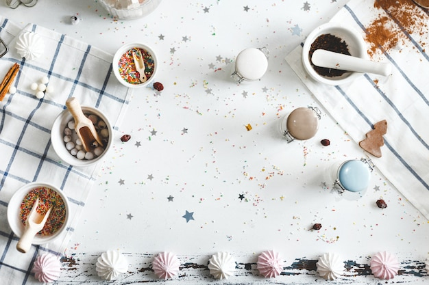 Potes de doces na mesa com biscoitos e doces