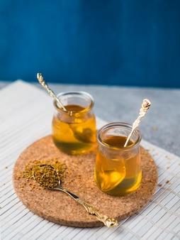 Potes de mel e pólen de abelha na cortiça coaster