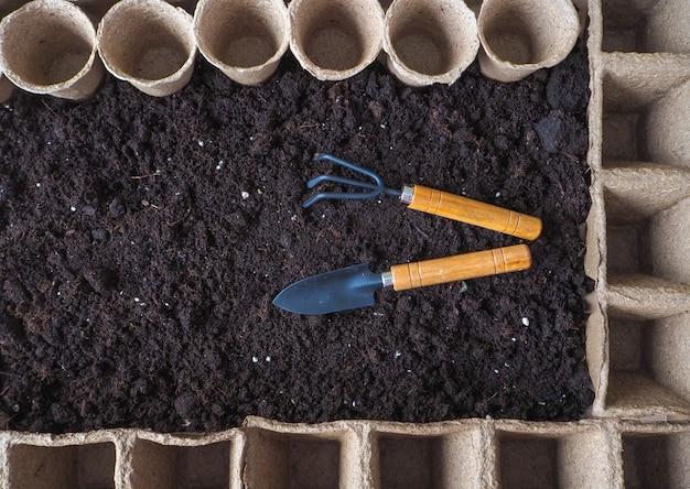 Potes de turfa para mudas. primavera plantio de sementes de plantas.