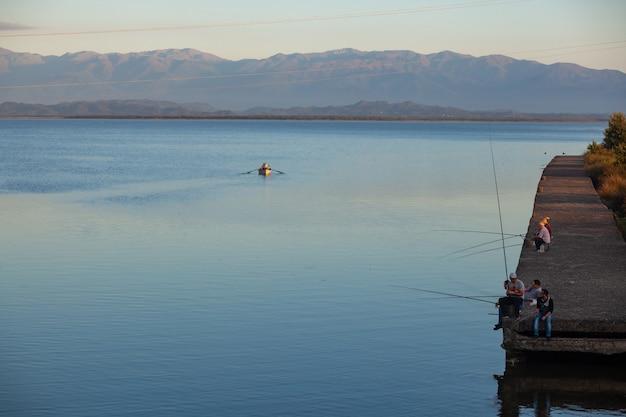 Poti, geórgia - 01.09.2019: pescadores no lago paliastomi. poti. natureza.