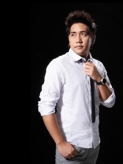 Potrait atirou em homem asiático renunciar ação empregador com gravata espera
