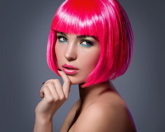 Potrait de jovem com cabelo rosa