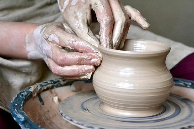 Potter fazendo vaso de barro