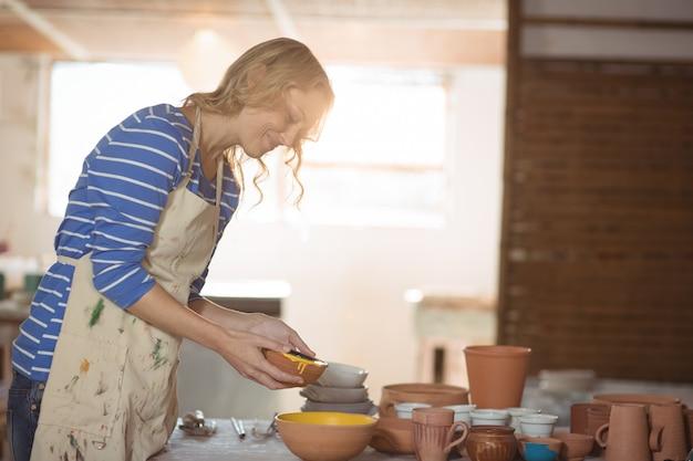 Potter feminino derramando aquarela na tigela