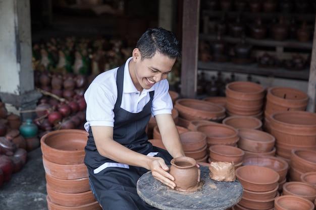 Potter masculino fazendo pote