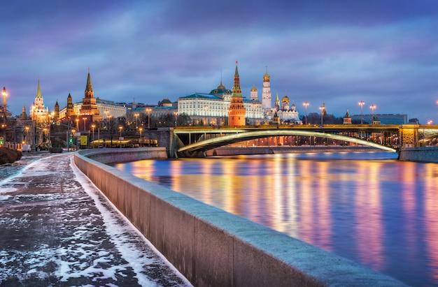 Pouca neve na margem do rio moskva, perto do kremlin de moscou