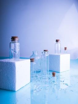 Poucas garrafas transparentes, sprays de água