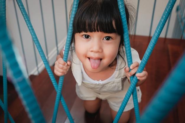 Pouco bonito 3-4 anos de idade garota em momento de felicidade.
