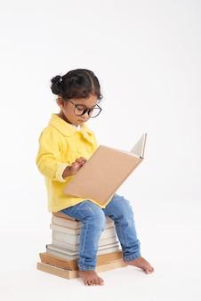 Pouco bookworm embrulhado em reading