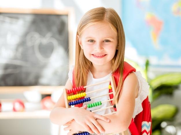 Pouco contando com o ábaco colorido na sala de aula da escola