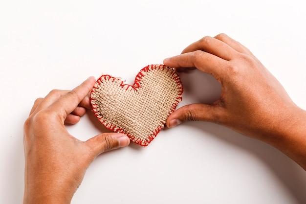 Pouco coração na mão no fundo branco. conceito de dia dos namorados