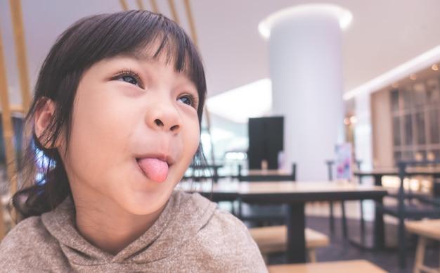 Pouco engraçado menina asiática cara boba com a língua