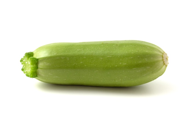 Pouco fresco jovem abobrinha verde sobre um fundo branco.