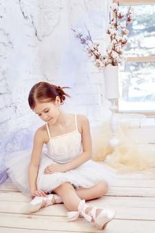 Pouco prima balé. menina jovem bailarina