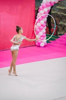 Pouco treinamento de ginasta no tapete e pronto para competições