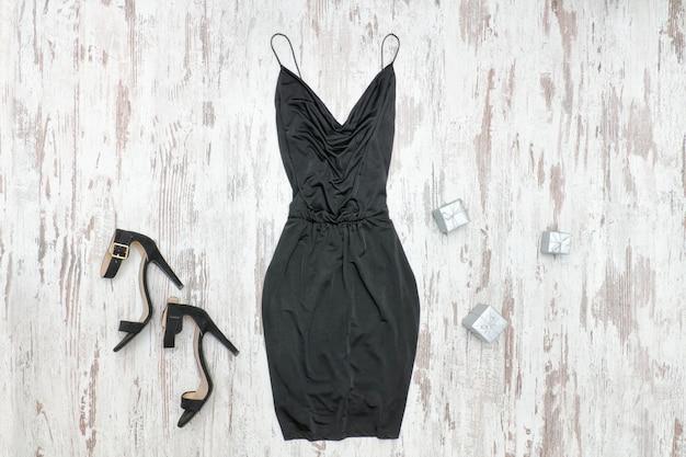 Pouco vestido preto e sapatos.