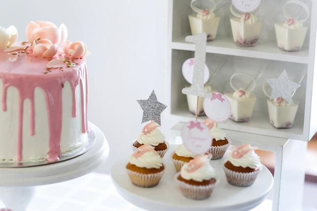 Poucos cupcakes com creme branco servidos no prato branco