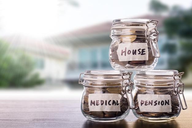 Poupança de dinheiro para investimento, pensão, médico e casa com garrafa de banco pinggy.