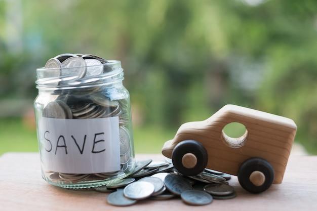 Poupar dinheiro com moeda de dinheiro de pilha para crescer seu negócio, salvando para comprar um carro novo.