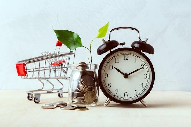 Poupar dinheiro conceito, carrinho de compras ou carrinho com moeda
