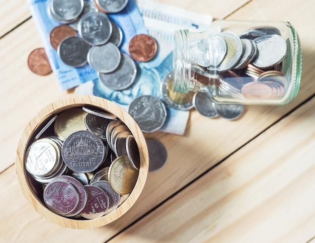 Poupar dinheiro e conta conceito de finanças bancárias