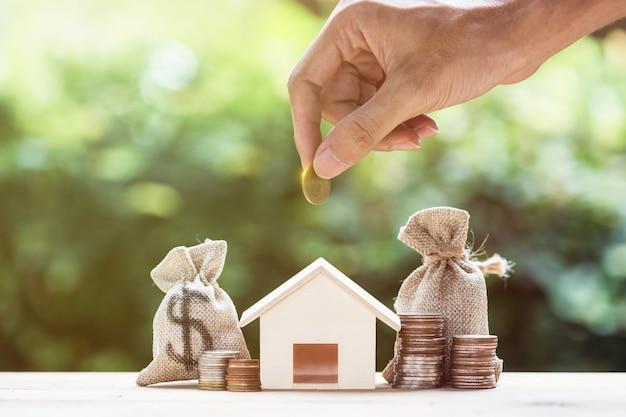 Poupar dinheiro, empréstimo à habitação, hipoteca, um investimento imobiliário para o futuro conceito.