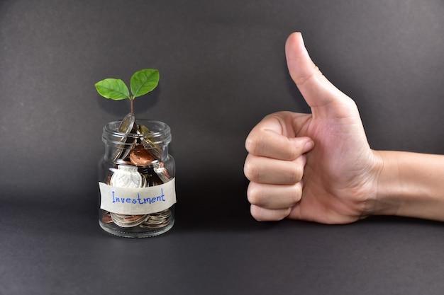 Poupar dinheiro investimento árvore crescimento negócios mercado conceito plano de fundo