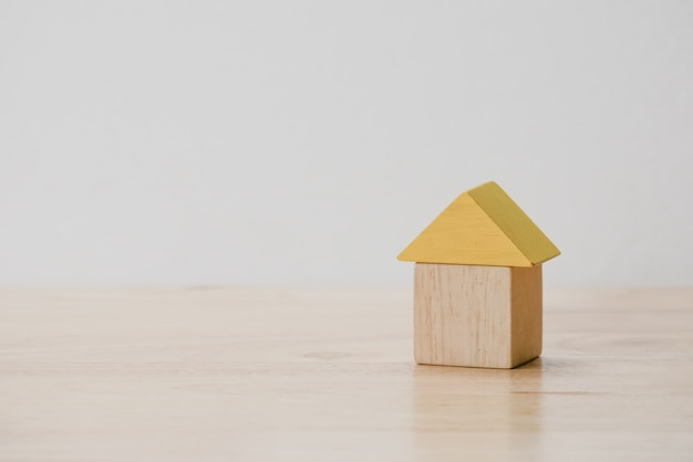 Poupar dinheiro para o conceito de hipoteca de investimento por casa de bloco de madeira