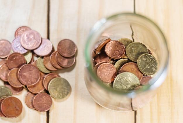 Poupe dinheiro e conta bancária para o conceito de negócio de finanças