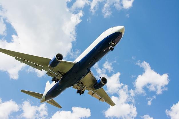 Pouso de avião. nuvens e fundo de céu azul, com espaço de cópia