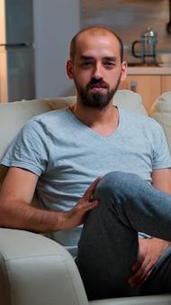 Pov de freelancer sentado no sofá gravando entrevista de negócios
