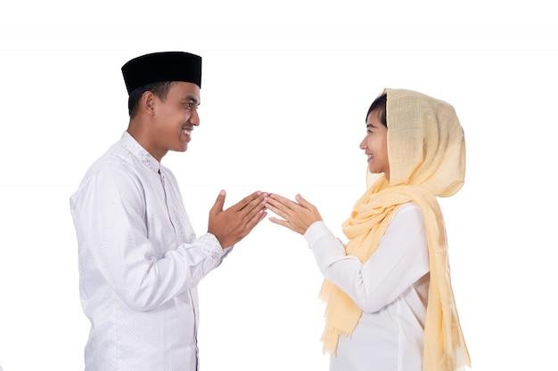 Povo asiático muçulmano perdoando