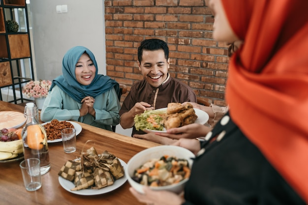 Povo muçulmano comendo comida juntos