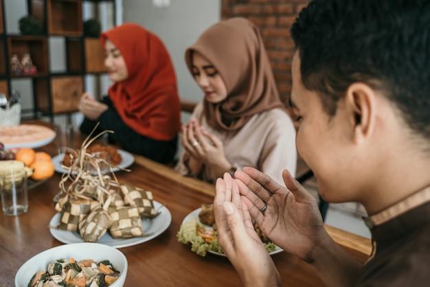 Povo muçulmano rezando antes de comer