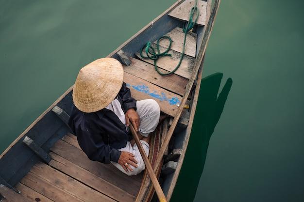 Povo vietnamita tradicional na cidade de hoi an