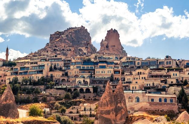 Povoado de uchisar com casas modernas na montanha turca